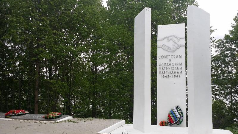 Памятник на могилу География и экономика Лампадка из лезниковского гранита резная Киржач